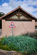 Charmes sur l'Herbasse, Drôme, Frankrijk - augustus 2021: Waarschuwingsbord voor overstekende kinderen. |  Charmes sur l'Herbasse, Drôme, France - August 2021: Warning sign for children crossing