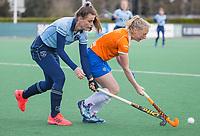 BLOEMENDAAL -  Pam van Asperen (Laren) met rechts Laurien Boot (Bldaal) tijdens de hoofdklasse hockeywedstrijd dames , Bloemendaal-Laren (5-1).  COPYRIGHT  KOEN SUYK