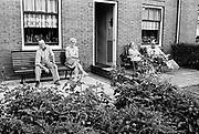 Nederland, Nijmegen, 10-10-1980Serie beelden over het wonen en sociale woningbouw in verschillende wijken van de stad. In het Waterkwartier.  Twee echtparen poseren met plezier voor de fotograaf in de voortuin van hun huis.In het kader van stadsvernieuwing en renovatie van buurten gemaakt.FOTO: FLIP FRANSSEN/ HH