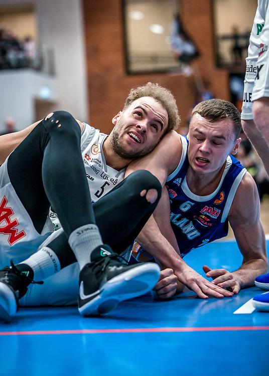 ÖSTERSUND 20200228<br /> Luleås Denzel Andersson i kamp med Jämtlands Jaan Puidet  under fredagens match i Basketligan mellan Jämtland Basket och BC Luleå i Östersunds Sporthall.<br /> <br /> Foto: Per Danielsson/Projekt.P