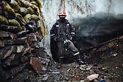 Retrato de un minero frente a la entrada de un socavón en la mina Rinconada.<br /> <br /> Portrait of a miner in front of one tunnel of Rinconada mine.