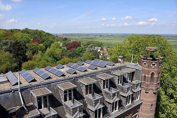 Nederland, Beek-Ubbergen, 7-5-2012Het dorp beek ubbergen. De gemeente is in 2007 uitgeroepen tot de groenste van Nederland. Het ligt voor een deel op een heuvelrug, stuwwal met prachtige bossen en waterlopen. Het bronnenbos achter het voormalig klooster de Refter is nu beschermd natuurgebied. Monument. Op de foto uitzicht vanuit de Refter, sinds 1982 een woon, werk gemeenschap, met op het dak zonnepanelen.Foto: Flip Franssen/Hollandse Hoogte
