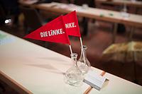 DEU, Deutschland, Germany, Berlin, 22.08.2020: Zwei Fahnen mit Logo von DIE LINKE stehen auf einem frisch desinfizierten Tisch beim Landesparteitag von DIE LINKE im Estrel Convention Center in Neukölln. Es ist der erste nicht-virtuelle Parteitag einer Partei in der Corona-Pandemie. Es gelten strikte Abstands- und Hygieneregeln sowie Maskenpflicht (ausser an den Plätzen), so sollen Ansteckungen mit dem Coronavirus vermieden werden.