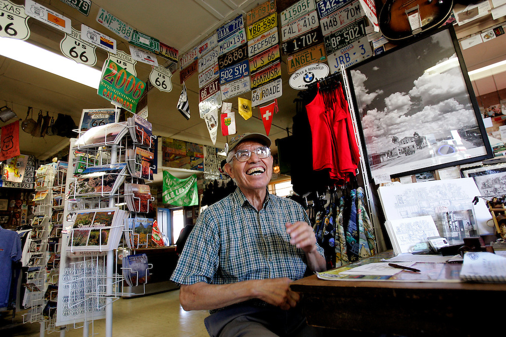 """US-SELIGMAN: Hairdresser Angel Delgadillo, co-founder of the """"Historic Route 66"""" in his Gift Shop. PHOTO GERRIT DE HEUS"""