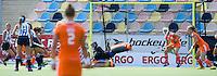 MONCHENGLADBACH -Drukte voor Nederlandse doel maar Anne Veenen daal redt. Jong Oranje dames wint zondag in Monchengladbach de wereldtitel door de finale van het het WK-21 van  Argentinie te winnen. Het Nederlands hockeyteam wint na 1-1 de shout-outs. Foto Koen Suyk
