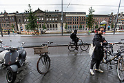 Een fietser rijdt over het Rokin in Amsterdam.<br /> <br /> A cyclist ride at the Rokin in Amsterdam.