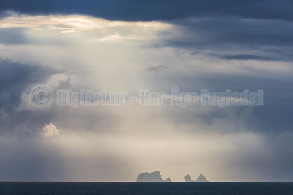 Islands in light rays, captured on my way back from Vestmannaeyjar, Iceland | Øyer i lysstråler, fotografert på vei tilbake fra Vestmannaeyjar på Island.