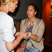 NLD/Ridderkerk/20120911 - Presentatie magazine Helden, Ranomi Kromowidjojo,  krijgt een handmassage