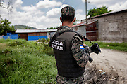 Las calles de Reparto Lempira, al sureste de San Pedro Sula, lucen desiertas después de que pandilleros del Barrio 18 enviaron un mensaje exigiendo a los habitantes que abandonaran sus hogares. Pocas personas caminan en las calles, aún con la presencia de la Policía Militar. (Prometeo Lucero)