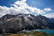 La Marmolada ed il lago artificiale di Fedai, originato dopo la costruzione della diga nel 1956. La centrale idroelettrica permette una produzione di 20MW di energia. Trentino, Agosto 2020.
