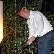 NLD/Zeewolde/20070421 - Ronald Koeman bezoekt Ronald Ruisendaal Green Life Putting green's