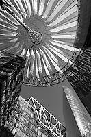 Современная архитектура SONY-центра в Берлине. Элементы зданий.<br /> <br /> Modern architecture of Sony Centre at Potsdamer Platz in Berlin. Daylight, black and white. Portrait format.