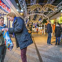 Nederland, Amsterdam, 1 december 2016.<br />Laatste Sinterklaasinkopen bij Bart Smit op het Buikslotermeerpelin in Amsterdam Noord.<br /><br /><br /><br />Foto: Jean-Pierre Jans