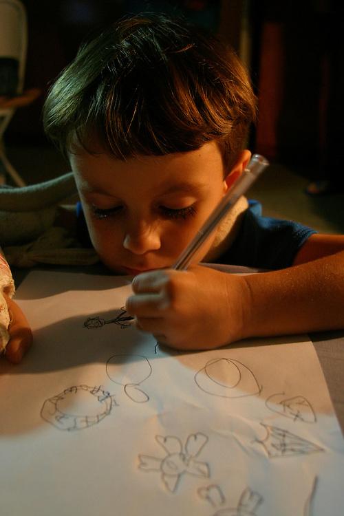 Belo Horizonte_MG, Brasil...Garoto, com o braco quebrado, estudando...A boy, with broken arm, studying...Foto: LEO DRUMOND / NITRO