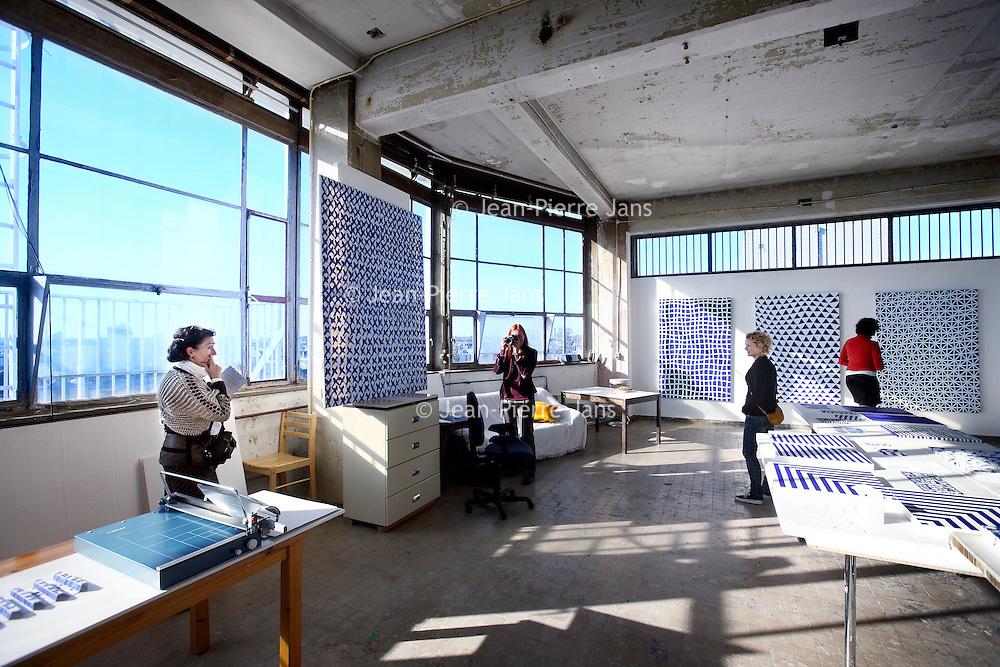 Nederland, Amsterdam , 15 oktober 2011..17 oktober is het dertig jaar geleden dat woon-werkpand Tetterode gekraakt werd. Op zaterdag 15 vanaf 11.00 en zondag 16 oktober vanaf 12.00 uur wordt dit gevierd..Met veel kunst uit Tetterode, activiteiten, korte films over Tetterode, Tet Talks, een BBQ, een kunstboekpresentatie over Tetterode van Ad Nuis, bands en disco. Tetterode is een van de eerste woon-werkpanden in Amsterdam. Het bijzondere aan het pand is dat de bewoners/gebruikers alles in eigen beheer hebben. Op de foto atelier bezichtiging van Anne-Lore Kuryszczuk..Foto:Jean-Pierre Jans