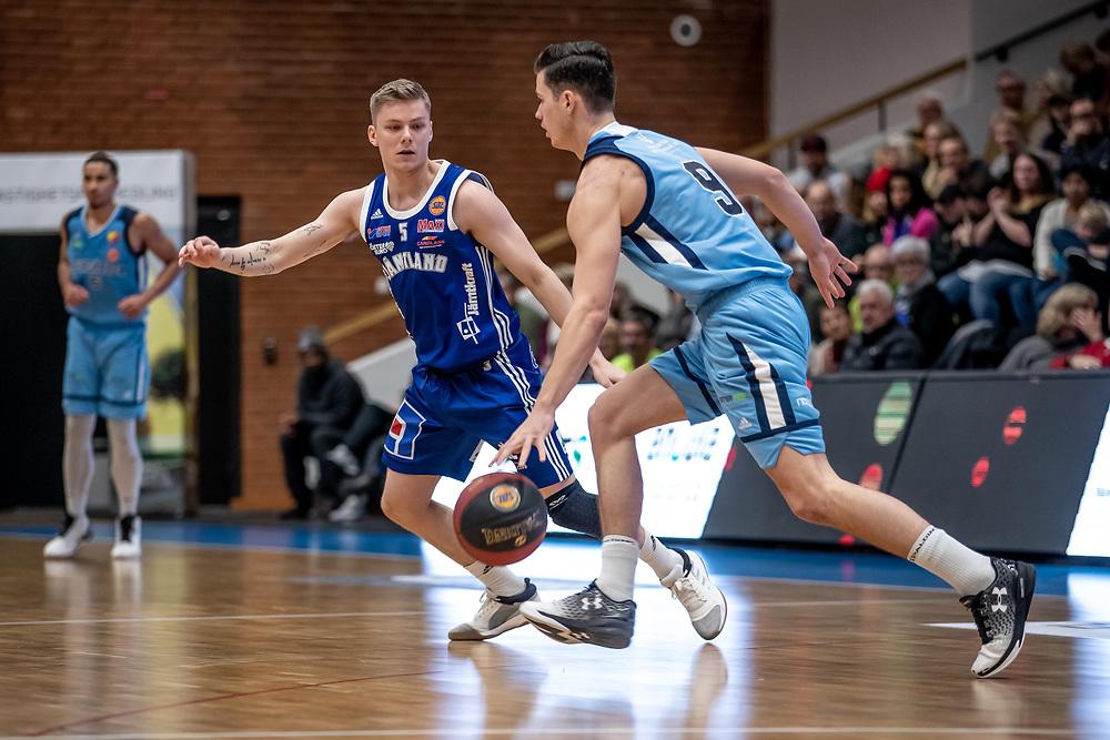 BASKETLIGAN 2019-11-18<br /> Jämtlands Max Tandberg Vall i kamp med Djurgårdens Nils Johansson under måndagens match i basketligan mellan Jämtland Basket och Djurgården<br /> <br /> Foto: Per Danielsson/Projekt.P