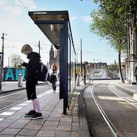 Nederland, Amsterdam , 13 mei 2011..Staking Openbaar vervoer..Het Stationsplein vanmorgen om 8.00u.Na Rotterdam en Den Haag hebben vrijdag medewerkers van het vervoersbedrijf in Amsterdam hun werk neergelegd. Tijdens de spits reden er geen trams, bussen en metro's..? Toeristen in Amsterdam wachten vergeefs op de tram.De medewerkers van het GVB in Amsterdam voeren vrijdag een zogeheten protestactie. Oftewel, ze staken..Volledig stil?Tot 8.30 uur lag het openbaar vervoer in de stad volledig stil. Rond 10.00 uur zullen alle bussen, trams en metro's weer rijden..Foto:Jean-Pierre Jans