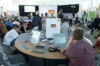 """15 AUG 2003, EISENHUETTENSTADT/GERMANY:<br /> Jugendliche suchen im Internet nach Ausbildungsplaetzen und informieren sich ueber den Arbeitsmarkt, auf dem  """"Markt der guten Beitraege"""", im Rahmen der Aktion Team Arbeit fuer Deutschland - gemeinsam gegen Arbeitslosigkeit""""<br /> IMAGE: 20030815-01-006<br /> KEYWORDS: Ausbildungsplaetze, Arbeit"""