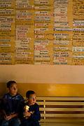 Venezuela_VEN, Venezuela...Criancas em mercado publico na Venezuela...Children in public market in Venezuela...Foto: JOAO MARCOS ROSA / NITRO
