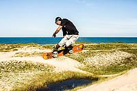 Sandboard nas dunas da Praia Grande. São Francisco do Sul, Santa Catarina, Brasil. / <br /> Sandboarding on the dunes of Praia Grande. São Francisco do Sul, Santa Catarina, Brazil.