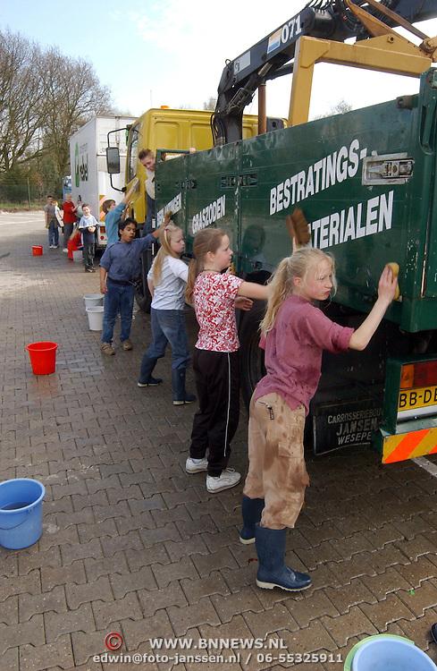 Schoolkinderen maken auto's schoon van tuincentrum rebel Huizen .kind, autowassen, wassen
