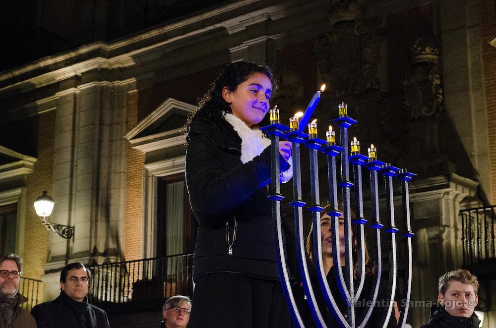 Madrid, Spain. 29th December, 2016. A young girl and the Luna Alfon (R), Director of Ibn Gabirol Estrella Toledano School, lighting the candles during Hanukkah celebration. © Valentin Sama-Rojo.