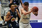 Basketball: Deutschland, 1. Bundesliga, Hamburg Towers - HAKRO Merlins Crailsheim, Hamburg, 10.01.2021<br /> Jamuni McNeace (Merlins, l.) - Maik Kotsar (Towers)<br /> © Torsten Helmke