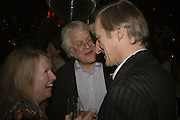 Belinda O'Hanlon, Redmond O'Hanlon and Julian Barnes. publication party for Bill Buford and his memoir HEAT. Hosted by Marco Pierre White at 'Frankie's. Knightsbridge. 10 July 2006. ONE TIME USE ONLY - DO NOT ARCHIVE  © Copyright Photograph by Dafydd Jones 66 Stockwell Park Rd. London SW9 0DA Tel 020 7733 0108 www.dafjones.com