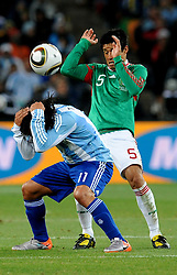 27.06.2010, Soccer City Stadium, Johannesburg, RSA, FIFA WM 2010, Argentina (ARG) vs Mexico (MEX), im Bild Carlos Tevez (Argentina) e Ricardo Osorio (Messico).. EXPA Pictures © 2010, PhotoCredit: EXPA/ InsideFoto/ Giorgio Perottino +++ for AUT and SLO only +++ / SPORTIDA PHOTO AGENCY