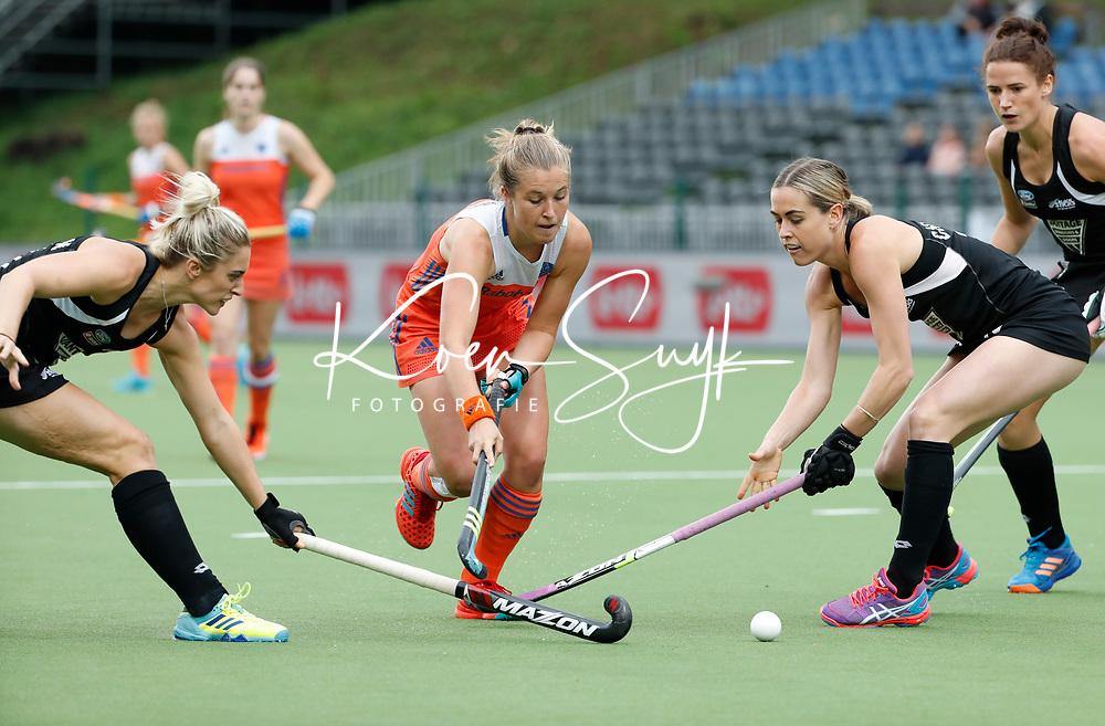 BRUSSEL - Xan de Waard (Ned) tussen twee Nieuwzeelandse verdedigers   tijdens de halve finale Nederland-Nieuw Zeeland bij de halve finale ronde Hockey World League (dames) . COPYRIGHT KOEN SUYK