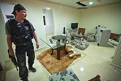 Polícia invadiu a casa do traficante chefe da favela do Morro do Alemão em 28 de novembro de 2010 no Rio de Janeiro, Brasil. Após dias de preparação, forças de segurança do Brasil, lançaram um ataque contra uma favela, onde entre 500 e 600 traficantes de drogas estão escondidos e recusam a se render. Cerca de 2.600 tropas aerotransportadas, marines e membros das unidades de elite da polícia participavam da operação como alvo um grupo de favelas sem lei conhecido como Complexo de Alemão. FOTO: Jefferson Bernardes/Preview.com