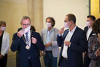 DEU, Deutschland, Germany, Berlin, 25.08.2020: Bezirksbürgermeister Reinhard Naumann (SPD) und Berlins Regierender Bürgermeister Michael Müller (SPD) mit Mund-Nase-Bedeckung im Rathaus Charlottenburg.