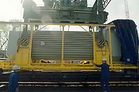 24.04.1995, Germany/Niedersachsen/Dannenberg:<br /> CASTOR Behälter bei Verladung von Eisenbahn auf LKW, Castor Transport zum Zwischenlager Gorleben, Verladestation Dannenberg<br /> IMAGE: 19950424-01/07-01<br /> KEYWORDS: Atom, Atommüll, Kernenergie, atomic energy, nuclear energy