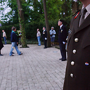 NLD/Huizen/20050505 - Dodenherdenking 2005 Huizen.medaille, militair, krans, bloemen, burgemeester