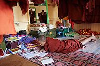 Myanmar (ex Birmanie), Yangon (Rangoon), Paya Chaukhtatgyi, chambre des moines // Myanmar (Burma), Yangon (Rangoon), Paya Chaukhtatgyi, monk room