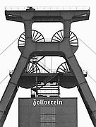 Duitsland, Essen, 10-12-1986 Reportage, serie, over de sluiting van de laatste kolenmijn in het Ruhrgebeid, de zollvereein in Essen en het belang van nederlandse export en dagtoerisme, toerisme, aan dit gebied . Ook gerelateerd als motor van de west duitse economie met staalindustrie, en grote steden als Essen, wuppertal met de schwebebahn, duisburg,dusseldorf en keulen . De Zeche Zollverein. Eind 1986 stopte hier de kolenwinning. Woning naast het mijncomplex. Turkse kinderen spelen in de winterkou. In het Ruhrgebied zijn veel immigranten, gastarbeiders, allochtonen uit turkije gaan werken. Foto: Flip Franssen