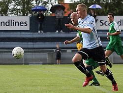FODBOLD: Casper Sørensen (Helsingør) løber fra Poul Dalberg (Frederikssund) under kampen i Danmarksserien, pulje 1, mellem Elite 3000 Helsingør og Frederikssund IK den 19. juni 2010 på Helsingør Stadion. Foto: Claus Birch