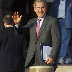 Bush waving 12-6-00 leaving Capitol in Austin  <br /> ©Bob Daemmrich
