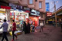 Iran, Ardabil, 21.08.2016: Passanten in Ardabil. Provinz Ardabil, Nordwest-Iran.