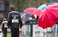 WASSENAAR - HOCKEY -  Ballenjongen in de regen tijdens de hoofdklasse competitiewedstrijd tussen de mannen van HGC en Amsterdam (3-3). COPYRIGHT KOEN SUYK