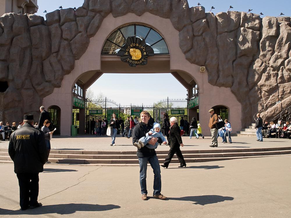 """Der Moskauer Zoo wurde 1864 eröffnet und ist damit der älteste Zoo Russlands. Hier werden rund 1000 Tierarten mit über 6.500 Exemplaren, vom Rotwolf über den Zobel bis zu den Elefanten, gehalten. Im """"Exotarium"""", einer Art Aquarium, kann man Unterwasserwelten samt Fauna tropischer Meere bewundern. Der Zoo wurde von 1990 bis 1997 grundlegend modernisiert und auf seine heutige Fläche von rund 21,5 Hektar erweitert.<br /> <br /> Main etrance of the Mocow Zoo. The Moscow Zoo is the largest and oldest zoo in Russia - It was founded in 1864."""