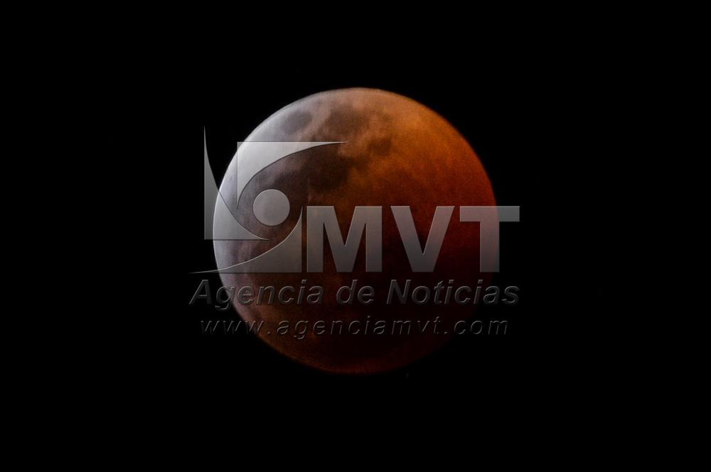 Metepec, México.- Fases del eclipse total de luna registrado durante la noche del 20 y madrugada del 21 de enero, en la umbra se observa la luna de sangre de lobo. Agencia MVT / Mario Vázquez de la Torre.