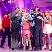 NLD/Hilversum/20130101 - 1e Liveshow Sterren dansen op het IJs 2013, Zimra Geurts word getroost door collega's