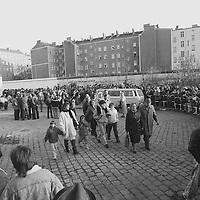 Am Grenzübergang Bernauer Straße: Immer größere Gruppen von alt bis jung kommen zu Fuß in den Westen.