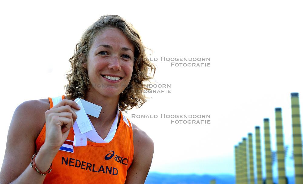 01-08-2010 ATLETIEK: EUROPEAN ATHLETICS CHAMPIONSHIPS: BARCELONA <br /> Yvonne Hak with her silver medal in the 800 meters<br /> ©2010-WWW.FOTOHOOGENDOORN.NL