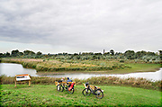 Nederland, Ooij, 24-10-2019Twee oudere mensen rusten op een bankje uit tijdens hun fietstocht over de dijk langs de Waal .Foto: Flip Franssen