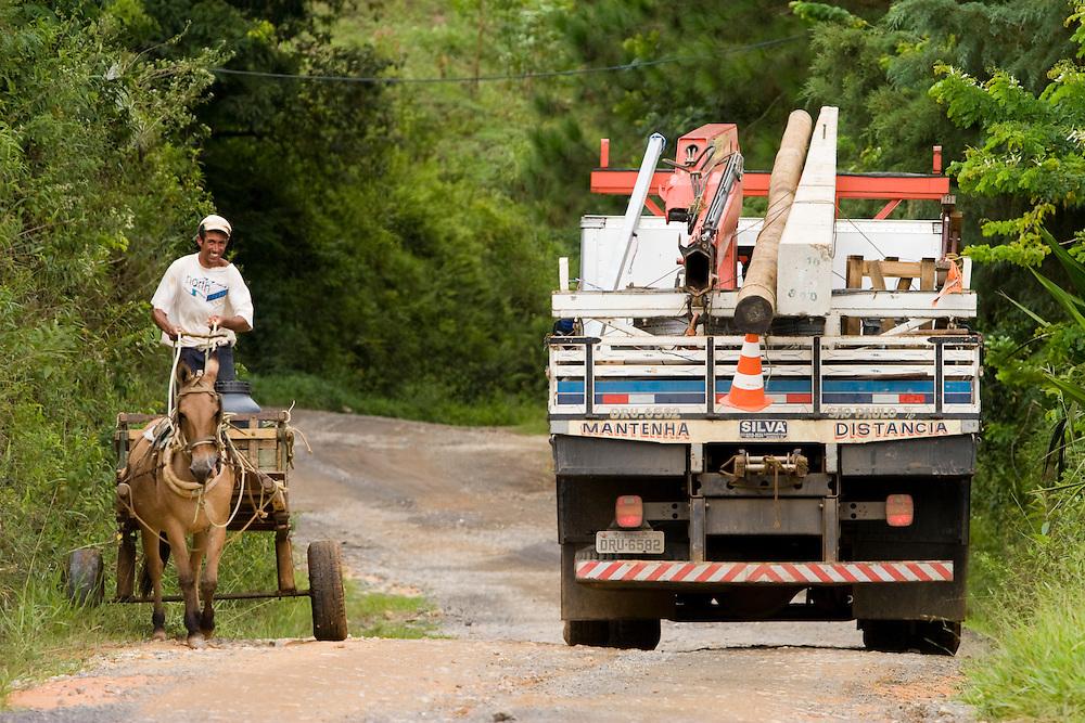 Santos Dumont_MG, Brasil...Guindaste na estrada de terra em Santos Drumont para eletrificacao rural...The crane on the dirt road in Santos Drumont for rural electrification...Foto: LEO DRUMOND / NITRO.