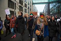 DEU, Deutschland, Germany, Berlin, 04.02.2017: Demonstranten protestieren im Regierungsviertel gegen die Politik von US-Präsident Donald Trump. Unter dem Motto NO BAN, NO WALL fordern sie den Stopp des Einreiseverbots gegen Menschen aus vorwiegend muslimischen Ländern.