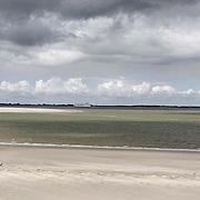 Nederland Walsoorden   gemeente Hulst  19 juni 2010 20100619       ..Serie landschappen provincie Zeeland. Zeeuws-Vlaanderen, rivierlandschap  westerschelde.  scenery. Zandbanken van de rivier de westerschelde. Mensen laten de hond uit op het strandje, waaien uit. Uitdiepen, verdiepen. Illustratief beeld  waterveiligheid.   uitzicht, uniek, unieke, verdiepen, vergezicht, vergezichten, verte, vrij, vrijheid weer, water, watergang, waterpeil, waterspiegel, waterstand, weersomstandigheden, wei, weide, weidegang, weiland, weiland. Landscape, westerschelde, westeschelde, wijdheid, wijds, wijdsheid, wit, witte, wolk, wolken, wolkenpartij, zand, zee, zeeland, zeespiegel, zeespiegelstijging, zeeuws vlaanderen, zeeuws-vlaanderen, zeewaterniveau, zo vrij als een vogel, zware, zwitserleven gevoel ..Foto: David Rozing
