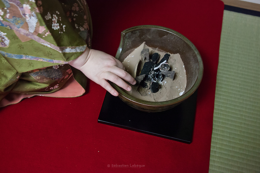 La cérémonie du thé , chanoyu  - 茶の湯 (« eau chaude pour le thé ») est influencé par le bouddhisme zen. Le silence doit régner et les gestes sont précis. Le maître de cérémonie prépare le thé face aux invités. Ces gestes sont lents et méticuleux. Le macha, thé traditionnel est une poudre verte qui se mélange à l'eau avec énergie avec un outil en bambou en forme de fouet. Préparation du foyer et de la bouilloire en fonte et disposition des charbons dans le brasier.